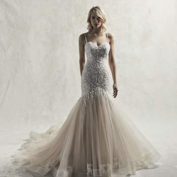 Este exquisito vestido de novia de estilo sirena presenta un precioso busto de cristales de Swarovski.