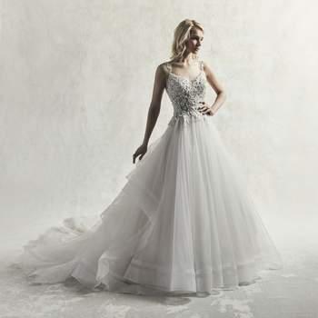 Motivos de encaje con  cristales de Swarovski bailan sobre el corpiño de este vestido de novia de estilo princesa, completando los finos tirantes, el escote y la espalda abierta.