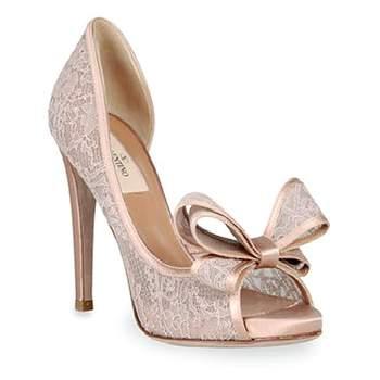 Las tendencias 2013 nos muestran esta encantadora alternativa para las mujeres más románticas: zapatos de novia  rosa. Sandalias, peep toe o bailarinas, este color queda bien con cualquier diseño. Mira esta bella selección de zapatos en este femenino tono e inspira tu look para el día de tu boda. Foto: Valentino