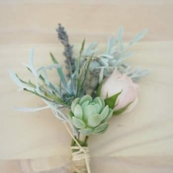 Mira este inspiradora selección de detalles florales para el matrimonio. Desde arreglos de decoración hasta accesorios para la pareja, muchas ideas interesantes y bellas para la boda.   Foto: Azahar