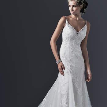 """D'une étonnante simplicité, cette robe se démarque avec des broderies sur la jupe et une coupe en A ajustée. Les bretelles sont fines e apportent beaucoup d'élégance à la silhouette. Audacieux tout en étant sobre. <a href=""""http://www.sotteroandmidgley.com/dress.aspx?style=5SW692"""" target=""""_blank"""">Sottero &amp; Midgley</a>"""
