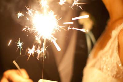 Romance que brille a la distancia: Tips para integrar las luces de bengala en la ambientación de tu boda