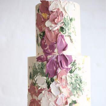 Foto: Green Wedding Shoes - Pastel de boda de dos pisos decorado con empastes de pintura en tonos rosas, verdes y blancos
