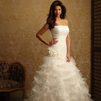 Este vestido está creado a partir de capas de organza. Corpiño palabra de honor y acanalado para un ajuste perfecto. La falda está hecha de capas y volantes.