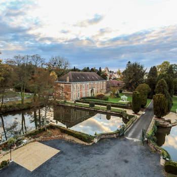 Photo : Château de Quesmy - Localisé dans l'Oise, le Château de Quesmy serait heureux de contribuer à la célébration de votre amour. Avec ses belles dépendances, ses larges douves, son parc paysagé et ses jardins à la française, il saura faire votre bonheur.
