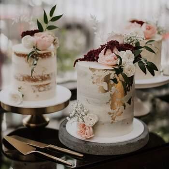 Foto: Cake Ink - Combinación de pastel en tono blanco, toques dorados y flores