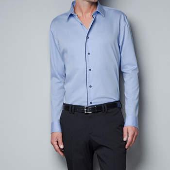 Esta camisa de satén te dará sencillez y elegancia. Foto: Zara