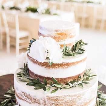 Os naked cakes continuam a ser uma opção de bolos de casamento muito procurada pelos noivos | Créditos: Fina Cake Design