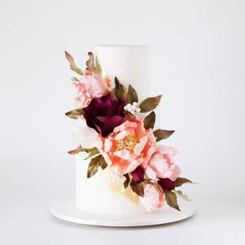 Foto: Cake Ink - Pastel blanco con flores artificiales