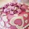 Rose bonbon, coeurs et rubans : voilà les parfaits atouts de ce gâteau de mariage. - Photo : 2Rings Trouwfotografie & Feeststudio