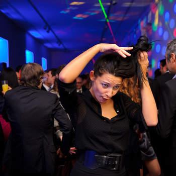 Las fotos más espontáneas de tus amigos y familiares serán un bonito recuerdo de tu boda. Foto: U&U photo. Web: http://www.u-uphoto.com/