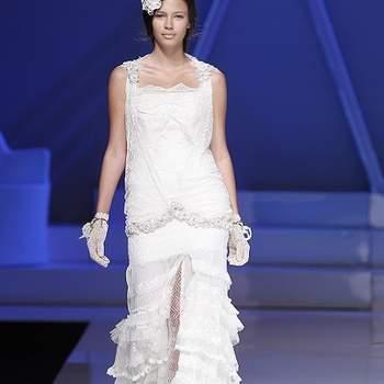 Robe de mariée fendue à l'avant, jeu de volants à l'avant et taille basse. Photo : Barcelona Bridal Week