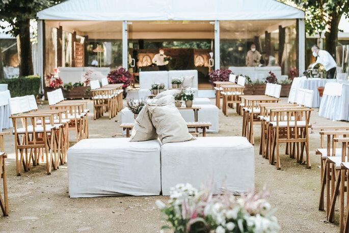Salon aménagé pour un mariage intime.