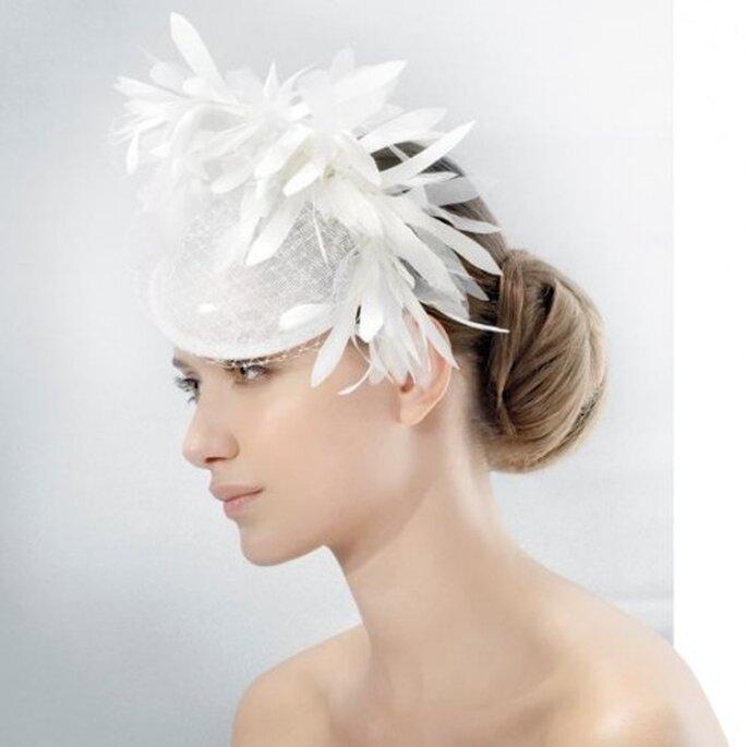 Tocado para novia estilo sombrero con inspiración en la realeza - Foto Jesús Peiró