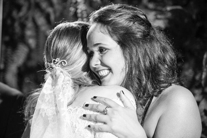 A celebrante abraça a noiva após a cerimônia