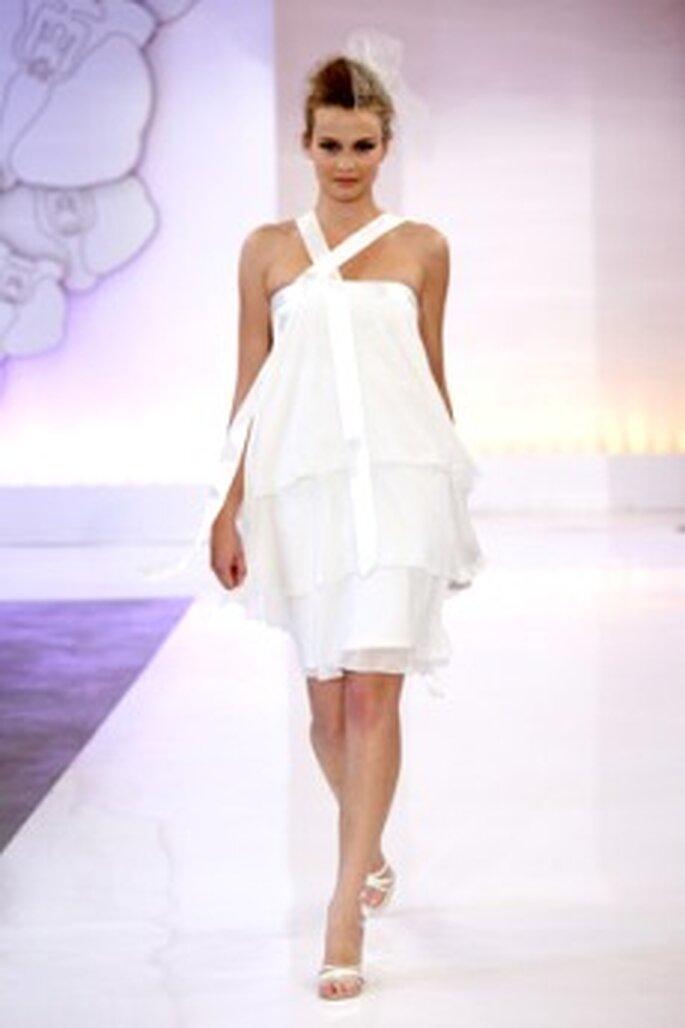 Cymbeline 2010 - Dany, vestido corto en seda, de volantes largos, escote largo con tirantes cruzados