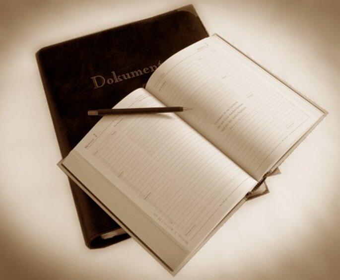 Gut geplant ist halb gewonnen... schreiben Sie sich so viel wie möglich auf. Aus Erfahrung weiß ich: im Hochzeitsstress kann man sich manchmal nicht die einfachsten Dinge merken, die sonst ein Klacks wären. Da ist ein Planungsbuch Geld wert. ;)