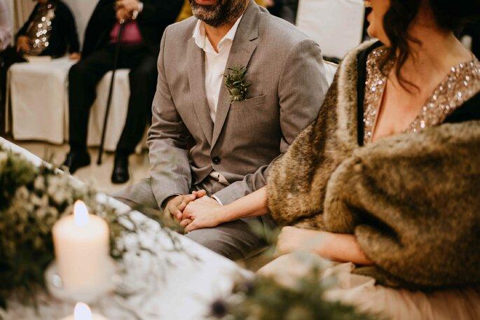 quanto custa um casamento: Casal a dar as mãos no momento da cerimónia civil
