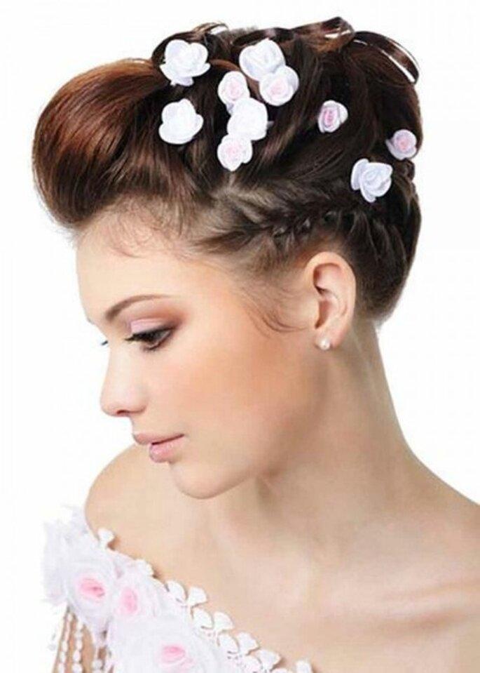 Capelli raccolti in chignon alto con rose di seta bianche e rosa