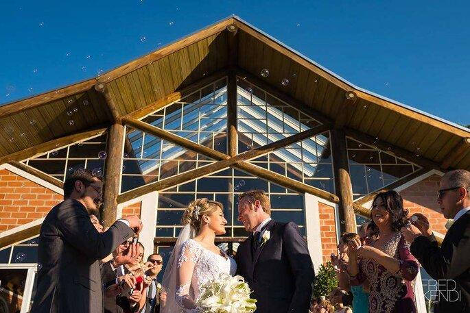 Saída dos noivos com bolhas de sabão