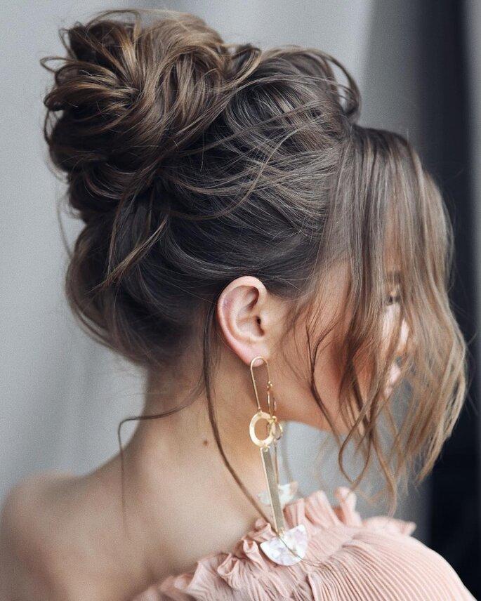 Peinado para dama de honor con recogido alto tipo moño