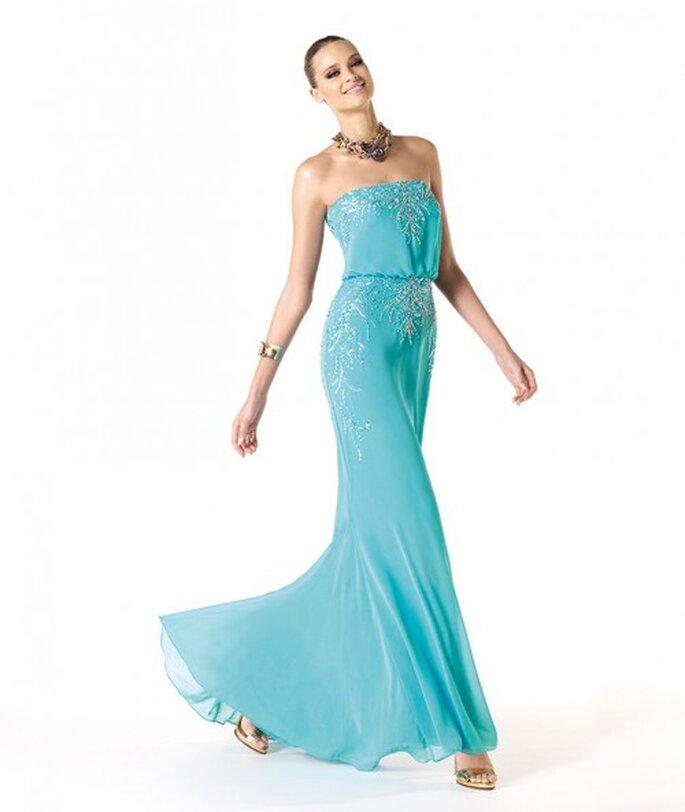 Vestido de fiesta largo en color azul turquesa con escote strapless y apliqués en relieve - Foto Pronovias