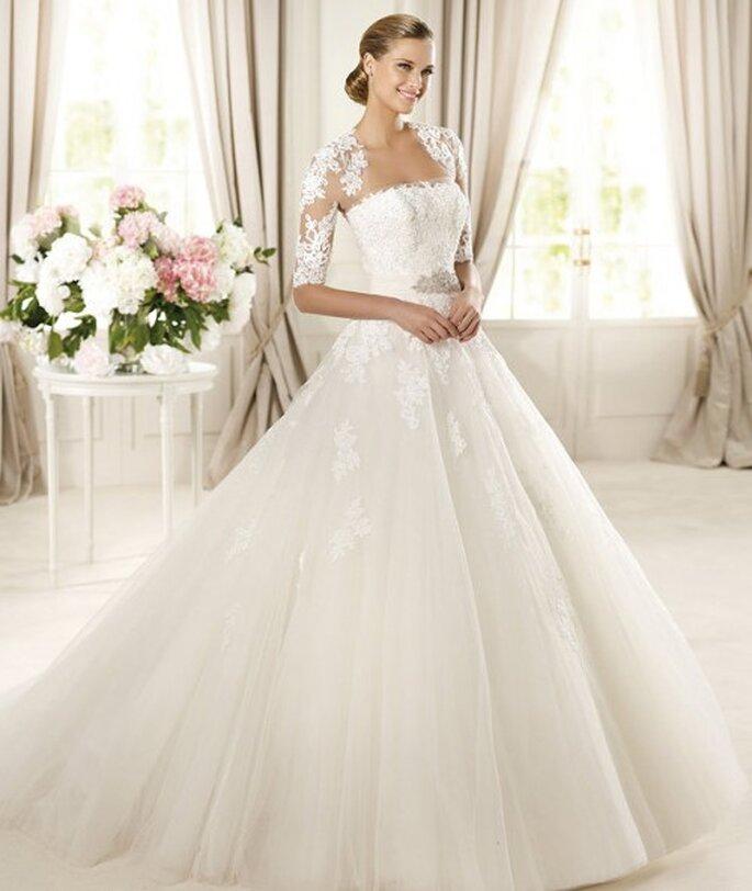 Vestido de novia con mangas de encaje en los hombros - Foto Pronovias