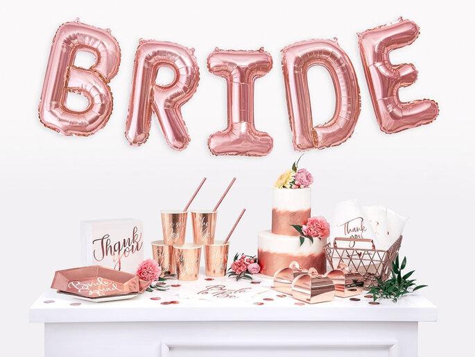 Geschenketisch und Ballons für Hochzeit in rosé