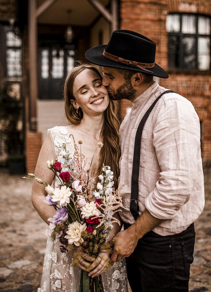 Brautpaar lachend mit Brautstrauß