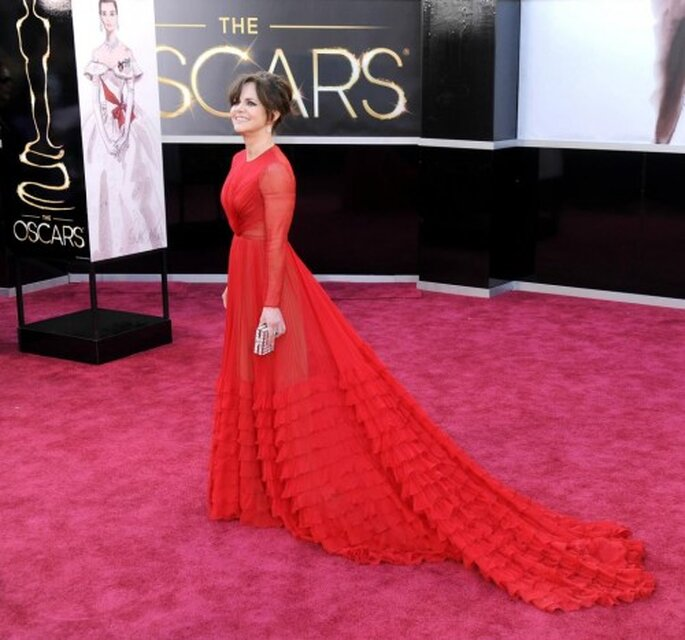 Sally Field en vestido de fiesta largo en color rojo intenso con mangas largas y transparencias - Foto Valentino Facebook