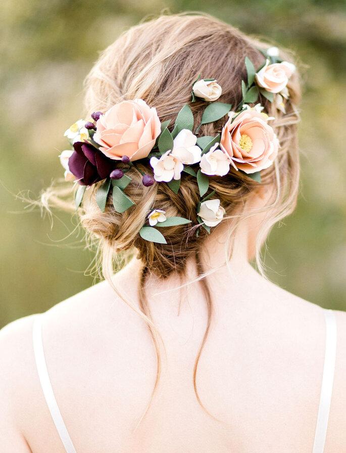 Brautfrisur hochgesteckt mit Echtblumen