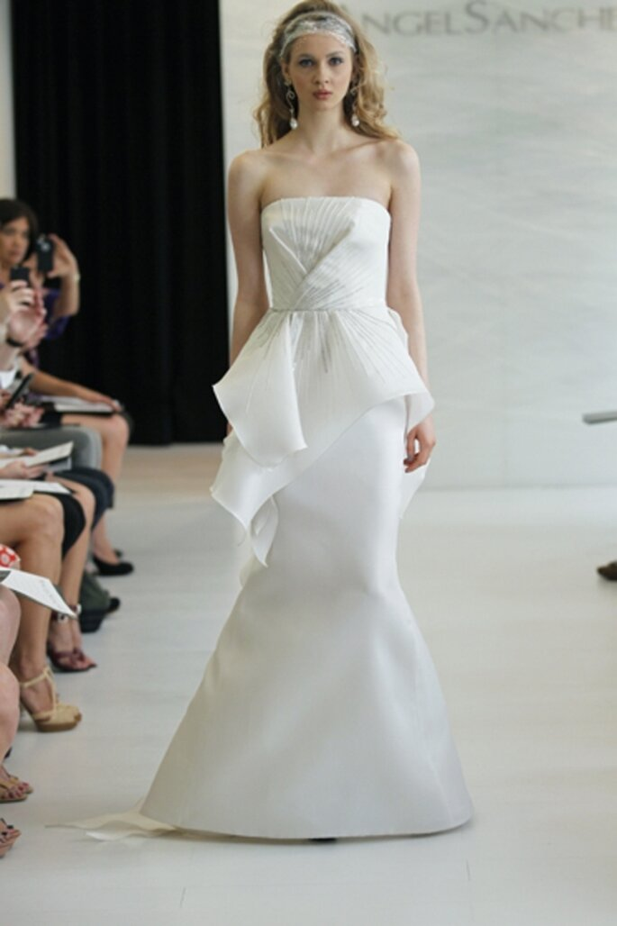 Vestido de novia sencillo con falda peplum - Foto Angel Sanchez 2013