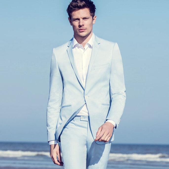 Costume bleu clair idéal pour un mariage informel à la plage