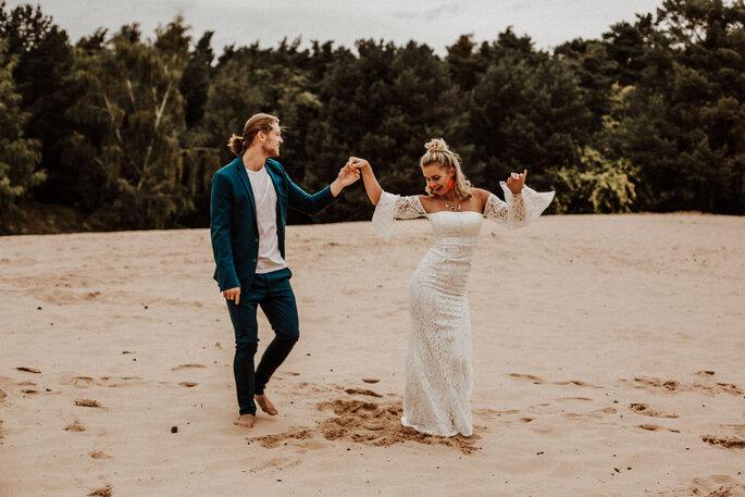 Brautpaar tanzend am Meer Boho Style