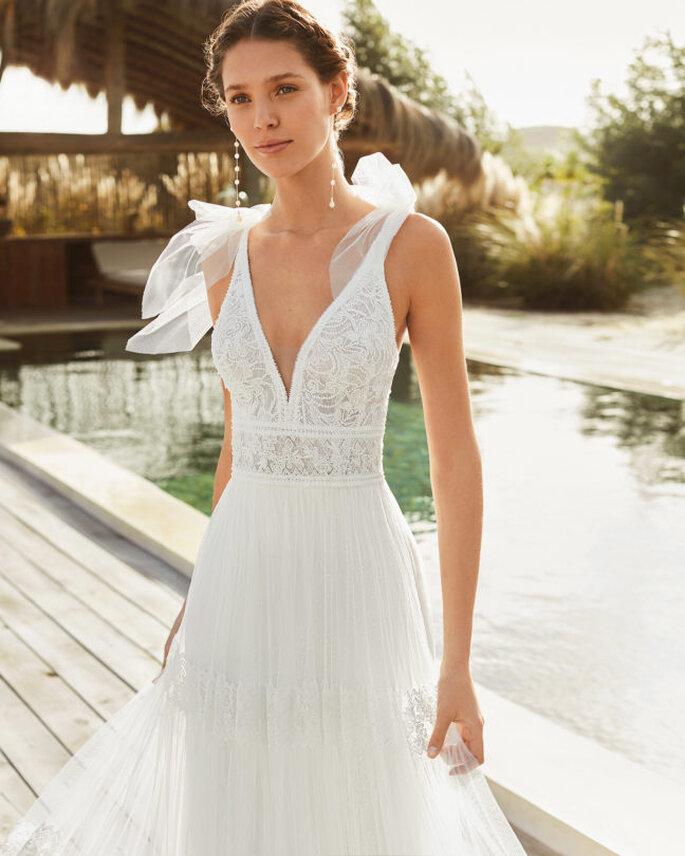 Vestido de novia para boda civil Aire Barcelona vestido de novia con espalda descubierta con motivos de encaje, tirantes corte recto y falda de tul