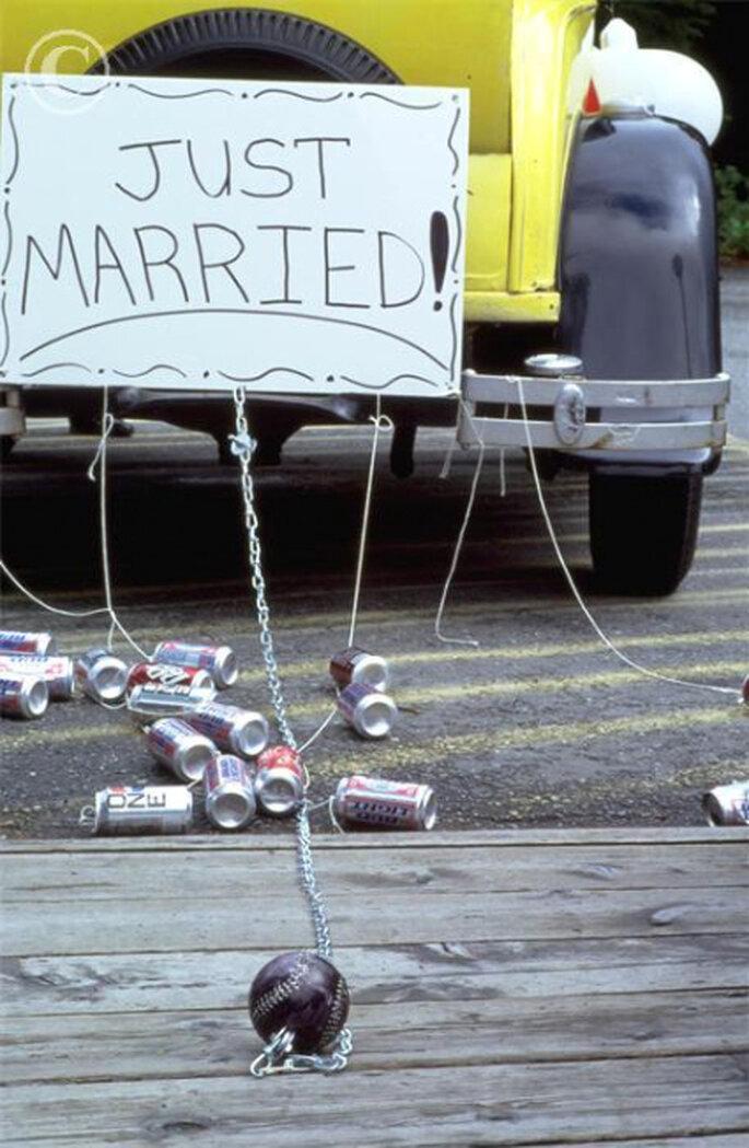 A moda das latas no carro dos noivos