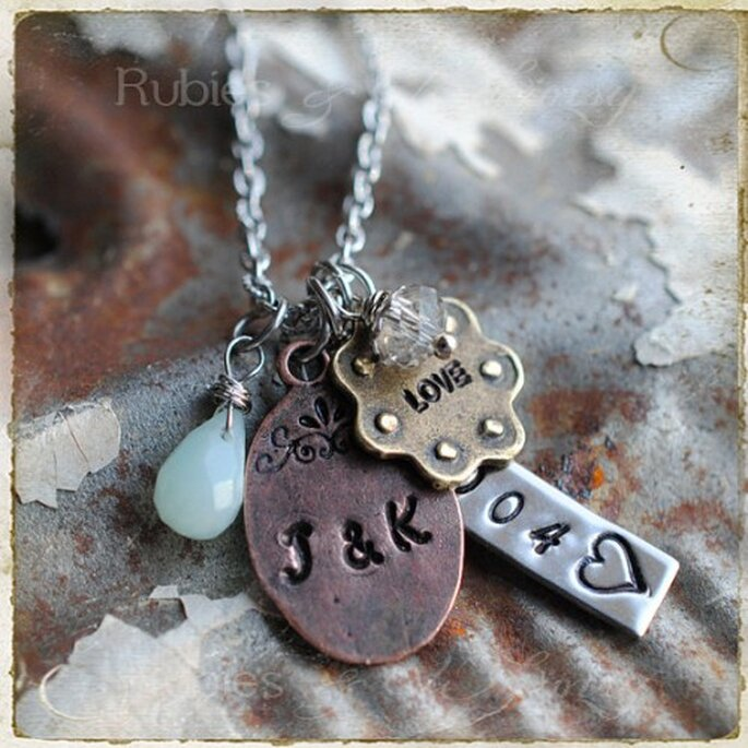 Pide que te graben un collar o una pulsera con una frase romántica y la fecha de su boda - Foto Etsy