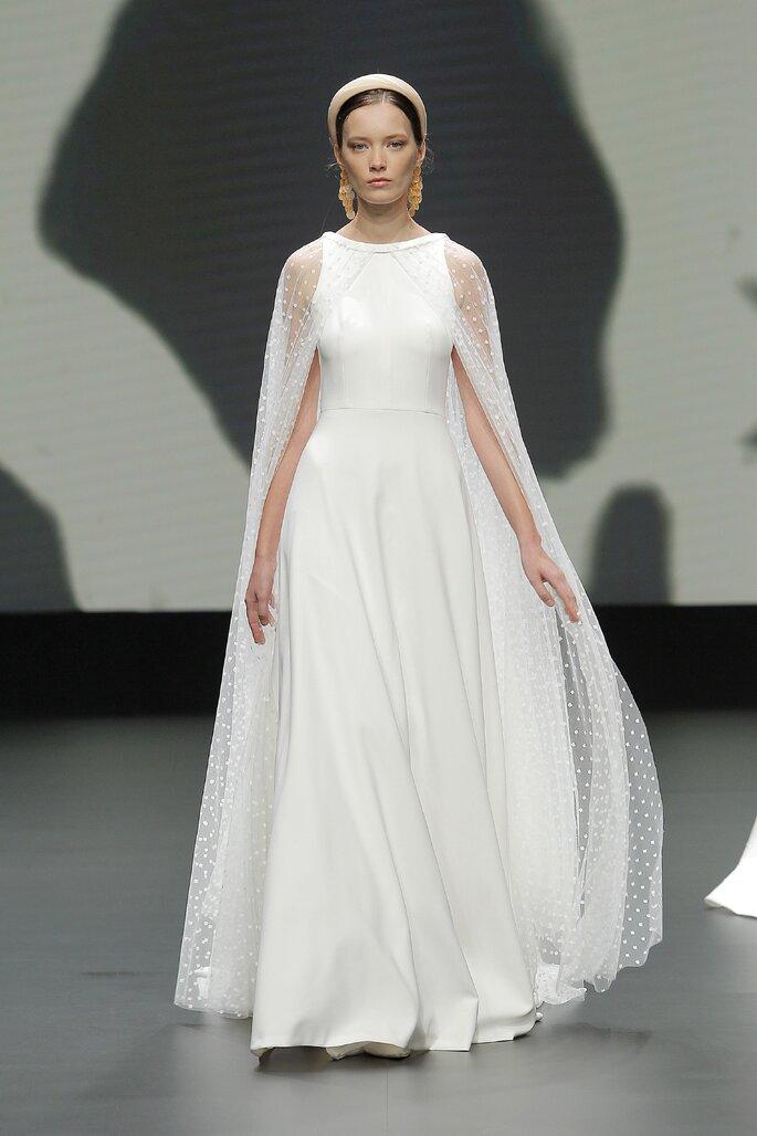 Vestido de novia con corte en A, sin mangas, con capa larga integrada con transparencia