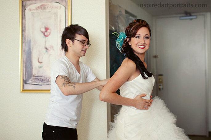 Christian ajustandole el vestido de novia a su hermana Shannon - Foto: Shannon and Evan Blog