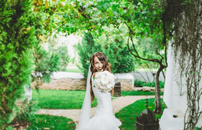 Braut mit Brautstrauß im Grünen