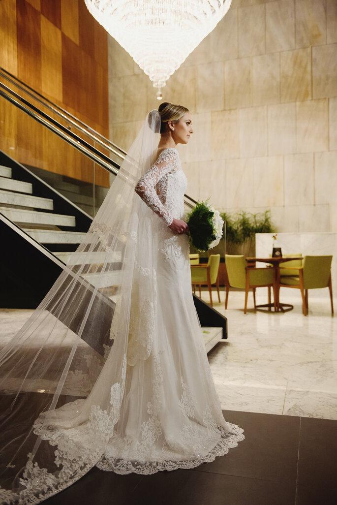 Vestido de noiva e mantilha: Atelier Carol Hungria - Foto: Fabi Soares Fotografia