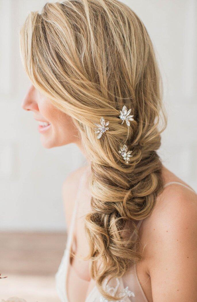 penteado casamento trança lateral adornado com flores