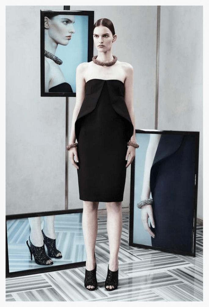 Vestido de fiesta 2014 en color negro con escote strapless con detalles arquitectónicos - Foto Balenciaga