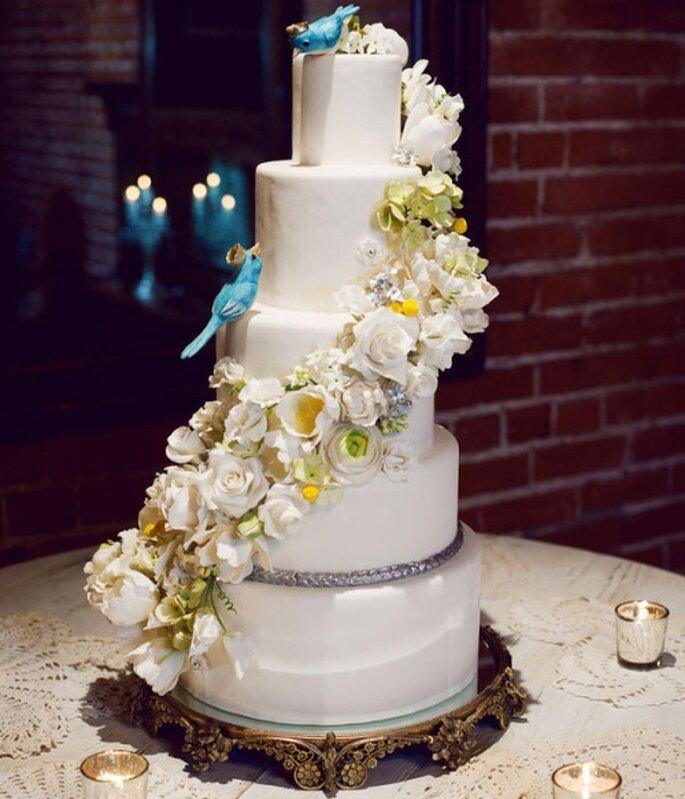 Pastel de boda blanco, a 5 niveles con decoración de flores naturales en vertical