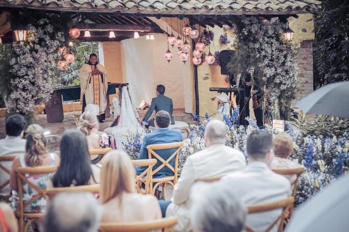 Sacerdote oficiando ceremonia católica al aire libre