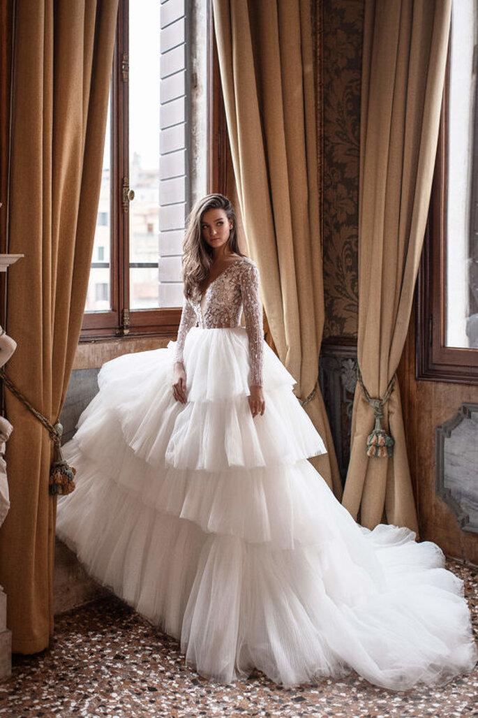 Atelier Pantheon - abito da sposa esuberante a balze