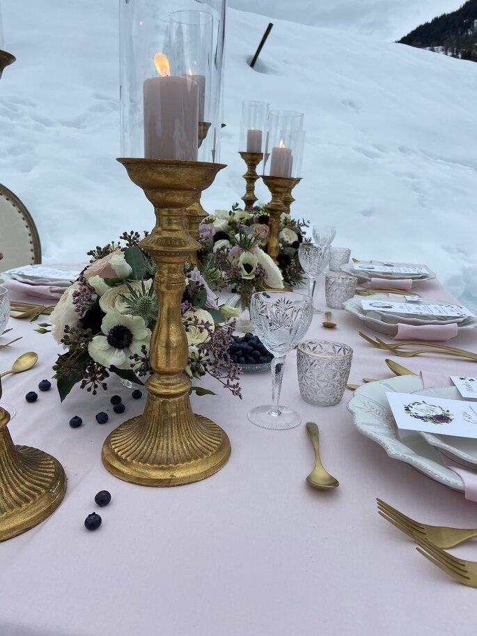 Table de banquet de mariage à la décoration raffinée dressée dans la neige