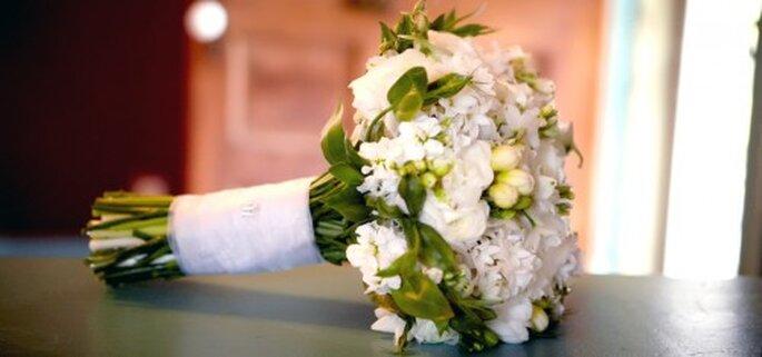 Ramo de novia elegante con flores blancas - Foto Haute Horticulture