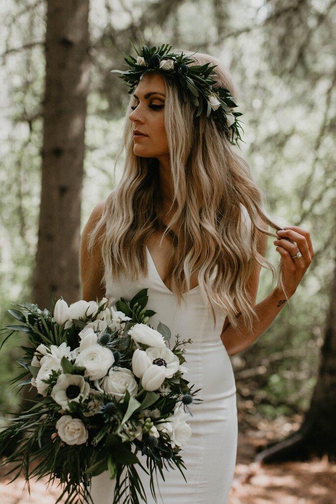 noiva boémia boho com cabelo comprido ondulado solto com coroa de flores