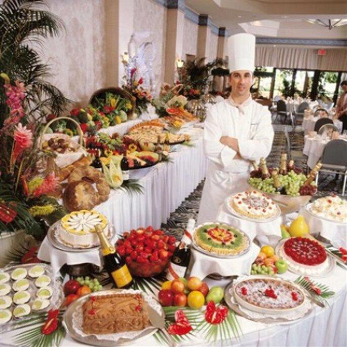 Para el buffette los invitados deben pararse para servirse, lo negativo de esto es la fila que hay que realizar.